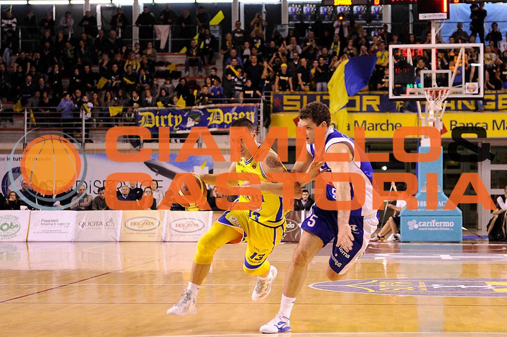 DESCRIZIONE : Ancona Lega A 2011-12 Fabi Shoes Montegranaro Bennet Cantu<br /> GIOCATORE : Fabio Di Bella<br /> CATEGORIA : palleggio<br /> SQUADRA : Fabi Shoes Montegranaro<br /> EVENTO : Campionato Lega A 2011-2012<br /> GARA : Fabi Shoes Montegranaro Bennet Cantu<br /> DATA : 11/01/2012<br /> SPORT : Pallacanestro<br /> AUTORE : Agenzia Ciamillo-Castoria/C.De Massis<br /> Galleria : Lega Basket A 2011-2012<br /> Fotonotizia : Ancona Lega A 2011-12 Fabi Shoes Montegranaro Bennet Cantu<br /> Predefinita :