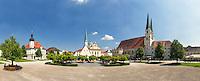 Der Kapellplatz in Altötting mit der Gnadenkapelle mit ihrer Schwarzen Madonna im Zentrum und südlich die Stiftspfarrkirche mit anhängenden Kapellen