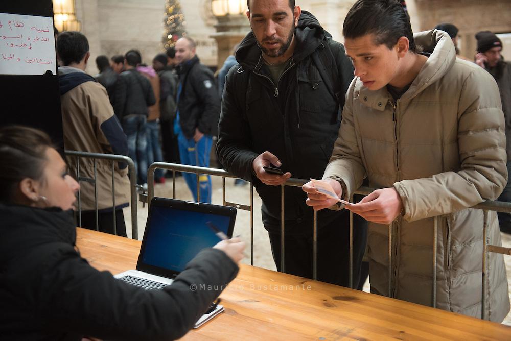 Flüchtlinge, die erst spät abends in Mailand ankommen, können nach Mitternacht im Bahnhofsgebäude übernachten