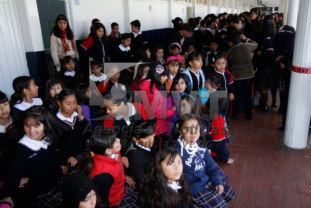 TOLUCA, México.- Estudiantes de la escuela primaria Ignacio Manuel Altamirano de Toluca, participaron este día en un ejercicio de simulacro de sismo, en donde tuvo presencia  una unidad de Rescate Aéreo, Relámpago,  que traslado a un adulto por traumatismo craneoencefálico. Agencia MVT / Crisanta Espinosa. (DIGITAL)