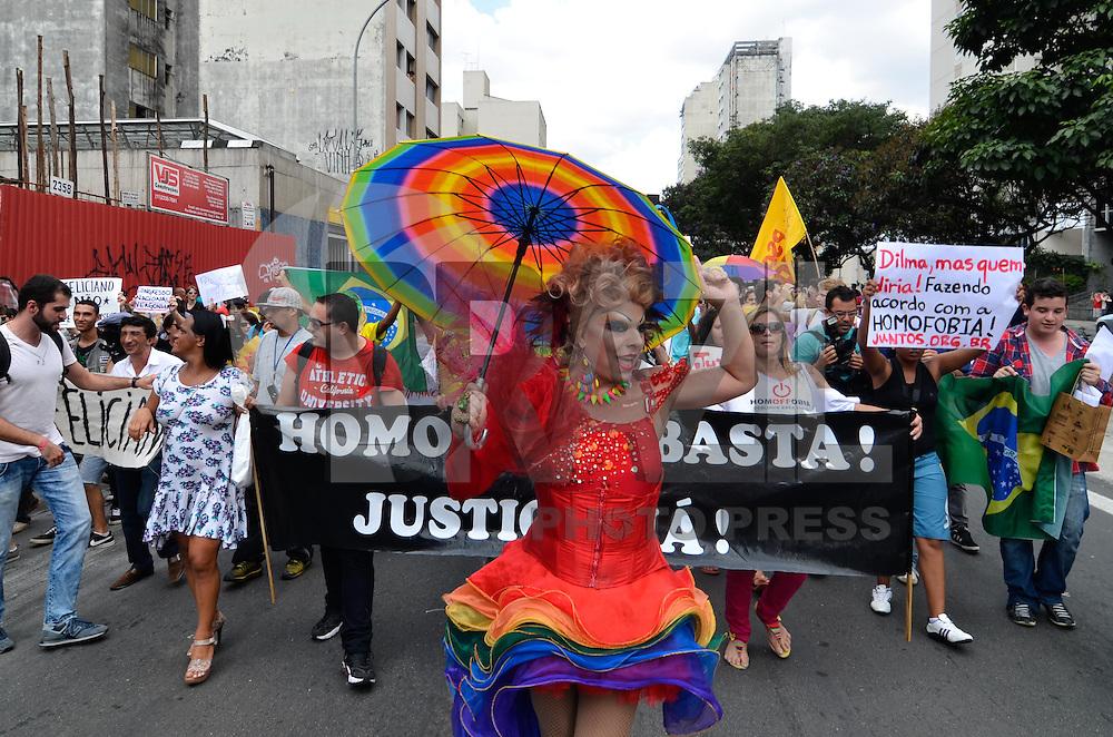 SAO PAULO, SP, 09 DE MARÇO DE 2013 - ATO DE REPÚDIO CONTRA O DEPUTADO MARCOS FELICIANO: Centenas de manifestantes participaram de um ato de repúdio à eleição do Deputado Marcos Feliciano para presidência da Comissão de Direitos Humanos e Minorias do Congresso Nacional. O protesto foi realizado na tarde deste sábado (9) na Av. Paulista em São Paulo. FOTO: LEVI BIANCO - BRAZIL PHOTO PRESS