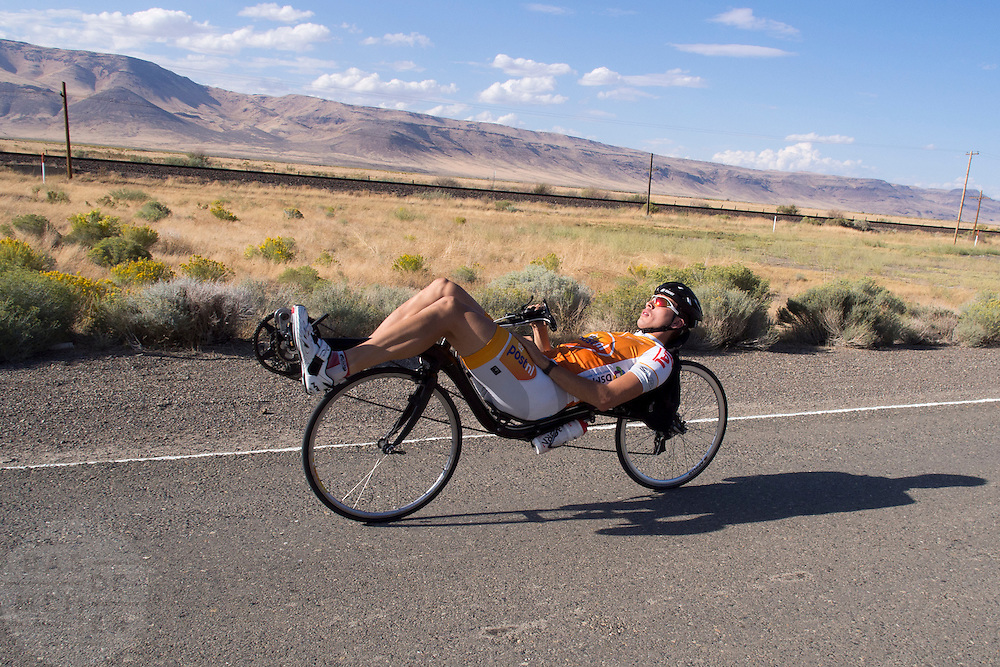 Sebastiaan Bowier rijdt op de trainingsfiets op een weg bij Battle Mountain, Nevada (USA). Bowier is met het Human Power Team Delft en Amsterdam (HPT) in Amerika om het snelheidsrecord op de fiets te breken. Dat staat nu op 133 km/h.<br />