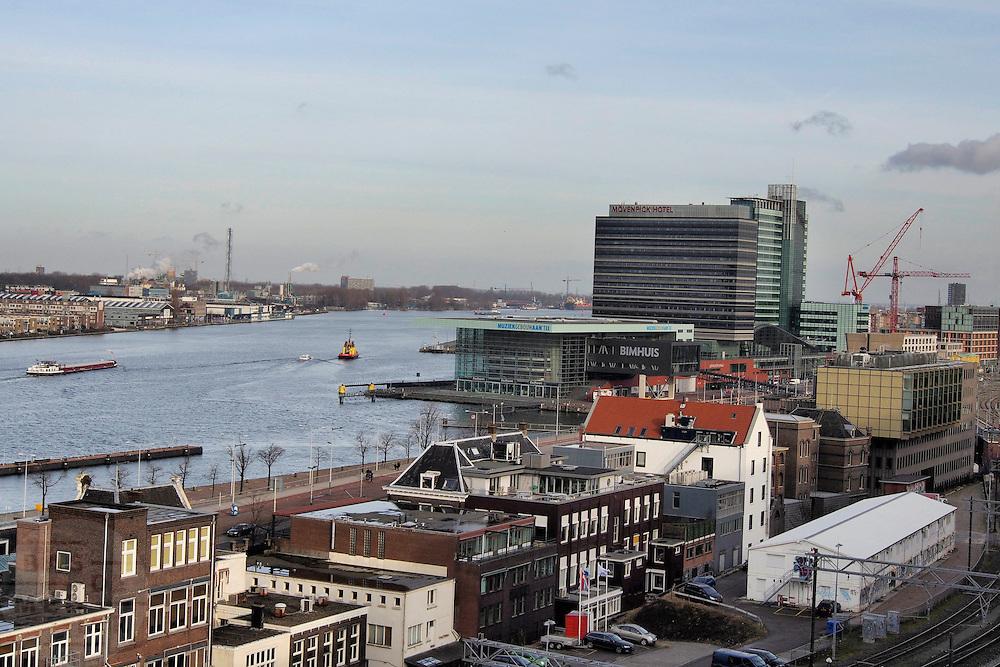 Het IJ in Amsterdam met het Muziekgebouw aan het IJ en het M&ouml;venpick Hotel in de achtergrond.<br /> <br /> View over the IJ in Amsterdam with the Muziekgebouw aan het IJ and the M&ouml;venpick Hotel.