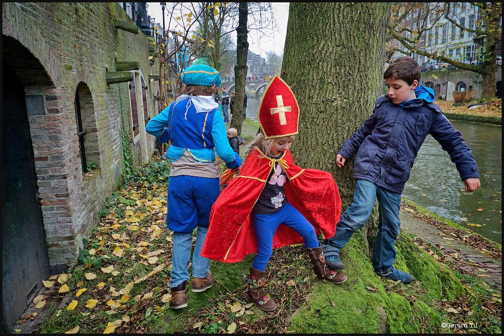 Nederland,Utrecht, 17-11-2012 .Intocht Sinterklaas. Kinderen verkleed als Sint en Piet spelen langs de Oudegracht in afwachting van de boot met Sinterklaas en zijn zwarte pieten..FOTO: Gerard Til / Hollandse Hoogte