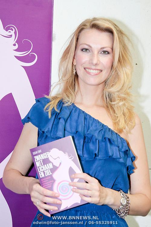 """NLD/Amsterdam/20110627 - Boekpresentatie Susan Smit """"Zwanger met lichaam en ziel"""" , Susan Smit met haar nieuwe boek"""