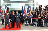 20 SEP 2003, BERLIN/GERMANY:<br /> Gerhard Schroeder (L), SPD, Bundeskanzler, Jacques Chirac (M), Praesident Frankreich, und  Tony Blair (R), Premierminister Gross Britannien, vor einem Gipfelgespraech, Ehrenhof, Haupteingang, Bundeskanzleramt <br /> IMAGE: 20030920-01-036<br /> KEYWORDS: Gerhard Schröder, Gipfel, summit, Eintreffen, Kamera, Camera, Fotograf, Fotografen, photographer, Gast, Gäste, Journalist, Journalisten