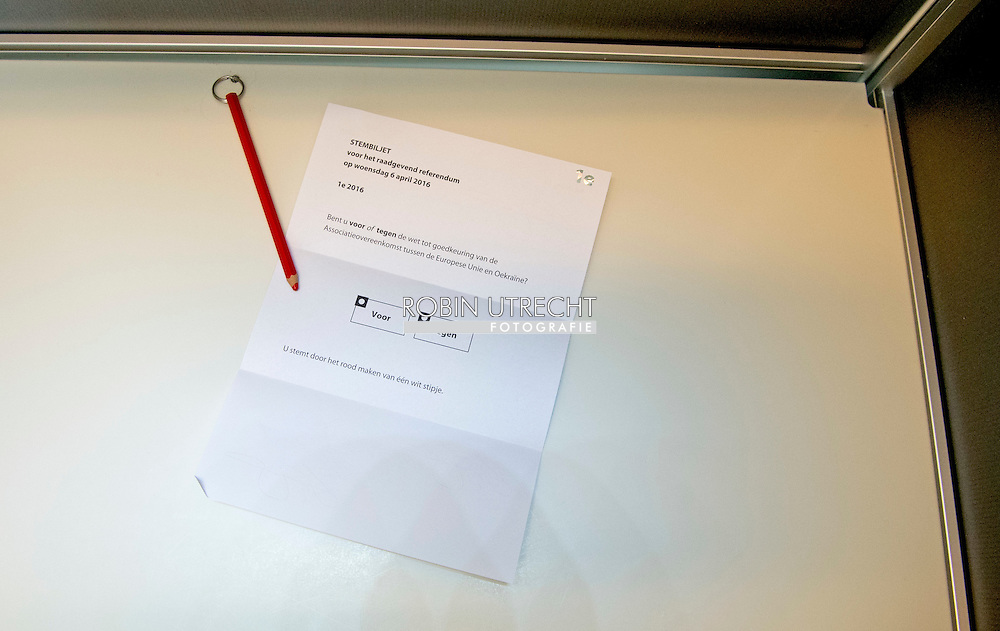 den haag - stemmen , DEN HAAG - Een rood stempotlood in een stemlokaal.  ja of nee Fractieleider van geert wilders pvv brengt een stem uit tijdens het referendum over het associatieverdrag van de EU met Oekraine. op de basischool de walvis   beveiling beveiligers , bewaken , politie , politieagent , copyright robin utrecht den haag - stemmen , DEN HAAG - Een rood stempotlood in een stemlokaal.  ja of nee Fractieleider van geert wilders pvv brengt een stem uit tijdens het referendum over het associatieverdrag van de EU met Oekraine. op de basischool de walvis   beveiling beveiligers , bewaken , politie , politieagent , copyright robin utrecht den haag - stemmen , DEN HAAG - Een rood stempotlood in een stemlokaal.  ja of nee Fractieleider van geert wilders pvv brengt een stem uit tijdens het referendum over het associatieverdrag van de EU met Oekraine. op de basischool de walvis   beveiling beveiligers , bewaken , politie , politieagent , copyright robin utrecht