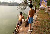 Vietnam. Hanoi. Excercices matinaux au parc du lac Hoan Kiem ou de l'épé restituée. // Vietnam. Hanoi. Morning exercices at the Hoan Kiem lake.