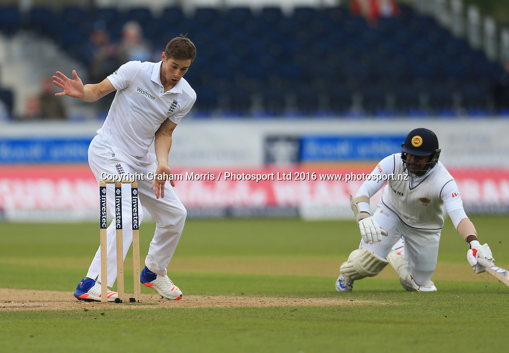 Bowler Chris Woakes fails to run out Rangana Herath during the second Investec Test Match between England and Sri Lanka at Chester-le-Street, Durham. Photo: Graham Morris/ Photosport.nz