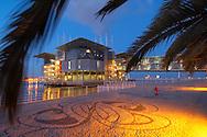 PRT, Portugal: Oceanario de Lisboa, das zweitgroesste seiner Art weltweit, Vorplatz des Aquariums in Abendstimmung, erleuchtet, Lissabon, Lissabon   PRT, Portugal: Oceanario de Lisboa, the second largest world wide, forecourt of the illuminated Aquarium in the evening, Lisbon, Lisbon  