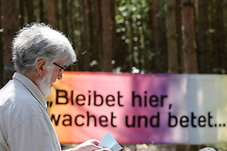 """Während des Gottesdienstes des Gorleben Gebets, der anlässlich der """"Kulturellen Widerstandspartie"""" im Zuge der """"Kulturellen Landpartie"""" im Wendland  abgehalten wurde, pflanzten Teilnehmende einen Baum für die kurz zuvor verstorbene """"Grande Dame"""" des Atom-Widerstands, Marianne Fritzen. Im Bild: XXX Kuhl von der Ökumenischen Intiative Gorleben Gebet"""