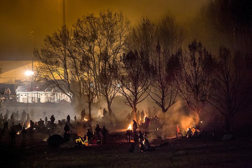 Flüchtlinge am Grenzübergang Sentilj -Spielfeld (Slowenien - Österreich). Geflüchtete zwischen Slowenien und Österreich wärmen sich an Feuern, während sie warten um in das Transitlager Spielfeld gelassen zu werden.