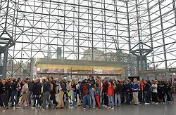 01-11-2013 ALGEMEEN: BVDGF NY MARATHON: NEW YORK <br /> Lange rijen in het Health and Fitness EXPO center voor het ophalen van de startnummers<br /> ©2013-WWW.FOTOHOOGENDOORN.NL