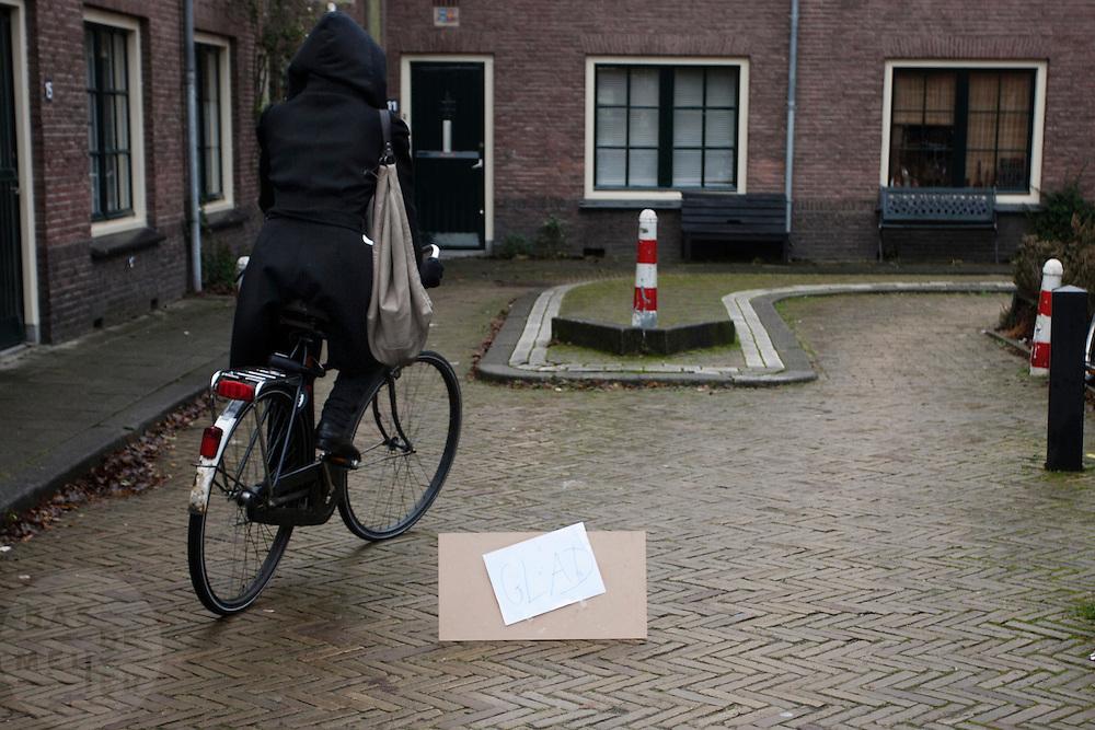 In de Wulpstraat in Utrecht worden fietsers gewaarschuwd voor de gladheid. Door de combinatie van neerslag en een koude nacht zijn veel straten onverwacht erg glad geworden.<br /> <br /> A sign is warning for a slippery road. Traffic is surprised by the sudden slippery roads.