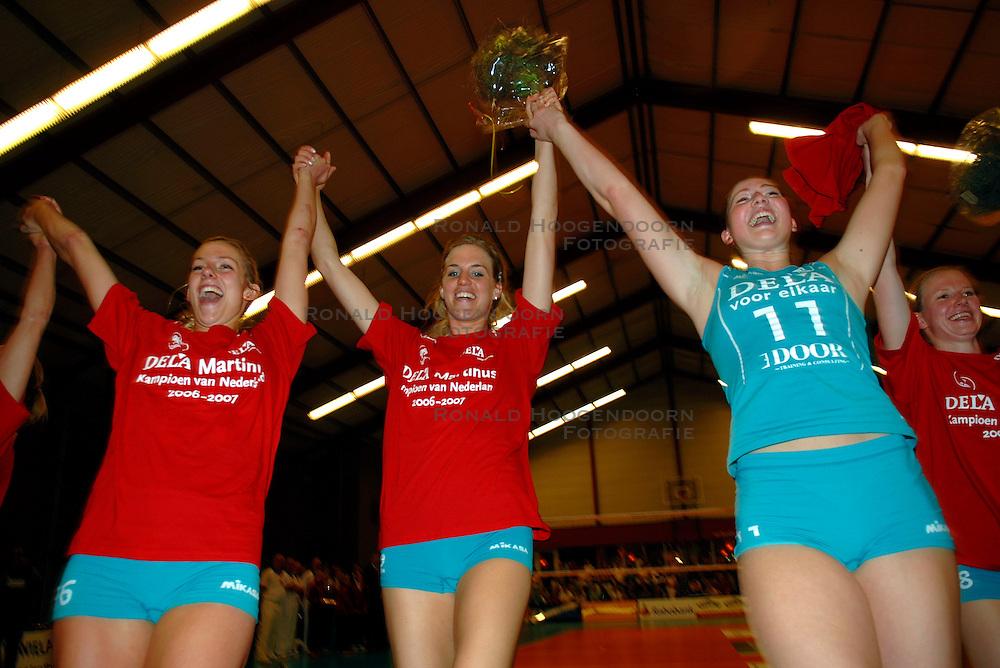 22-04-2007 VOLLEYBAL: PLANTINA LONGA - DELA MARTINUS: ZIEUWENT<br /> De dames van Martinus zijn landskampioen volleybal geworden. In de best-of-7 werd Plantina/Longa met 4-0 geklopt / Debby Stam, Susan van den Heuvel en Carlijn Jans<br /> &copy;2007-WWW.FOTOHOOGENDOORN.NL