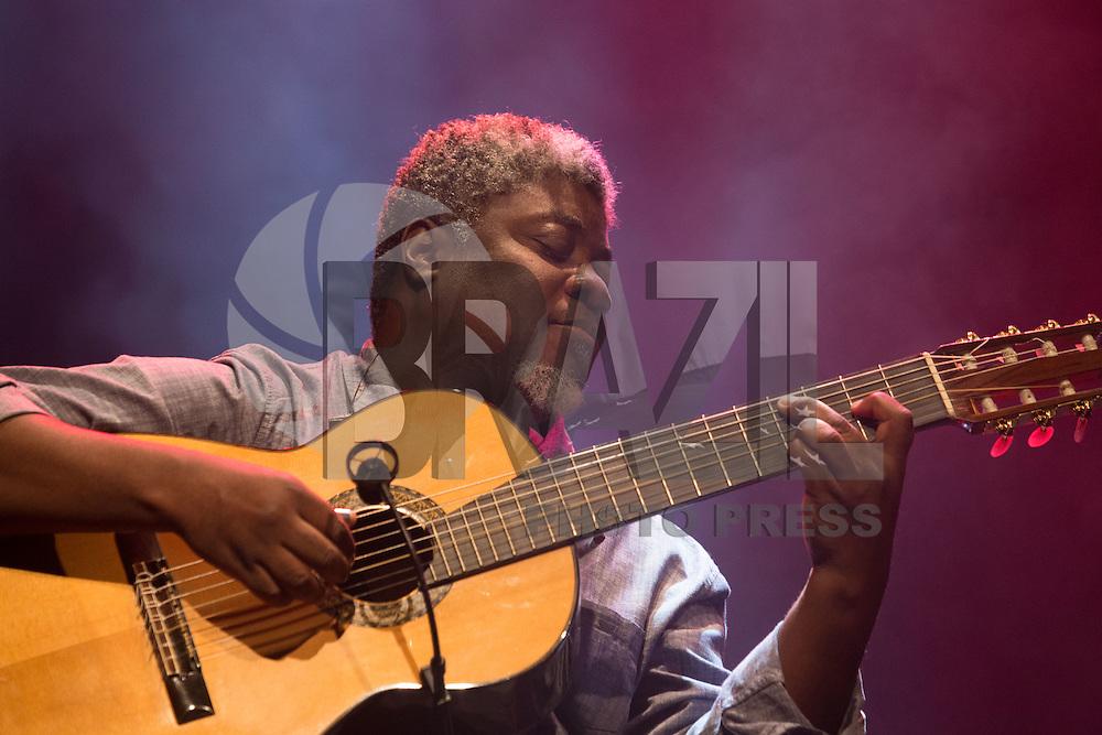 SÃO PAULO, SP, 17.11.2016 -  SHOW-SP - Carlinhos 7 Cordas durante apresentação da turne Caetano apresenta Teresa, no Espaço das Américas, na noite desta quinta-feira, 17. (Foto: Ciça Neder / Brazil Photo Press)