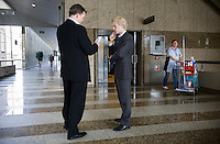Nederland. Den Haag, 1 maart 2007. <br /> Het vierde kabinet Balkenende legt in de Tweede kamer de regeringsverklaring af. <br /> Minister Bos is de zaal uitgelopen voor overleg met een ambtenaar van het ministerie van Financien<br /> Foto Martijn Beekman <br /> NIET VOOR TROUW, AD, TELEGRAAF, NRC EN HET PAROOL