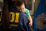 Mamá policía y su bebé. Ilustración para Salas de Lactancia en cuarteles de la PDI. Revista Detective. Policía de investigaciones de Chile. Santiago, 26-01-2018 (©Alvaro de la Fuente)