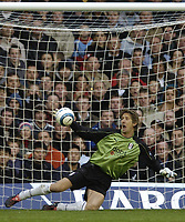 Fotball<br /> Premier League England<br /> 2004/2005<br /> 16.10.2004<br /> Foto: BPI/Digitalsport<br /> NORWAY ONLY<br /> <br /> Fulham v Liverpool<br /> <br /> Edwin Van Der Sar parries Luis Garcia's header which fell to Milan Baros to make it 2-2