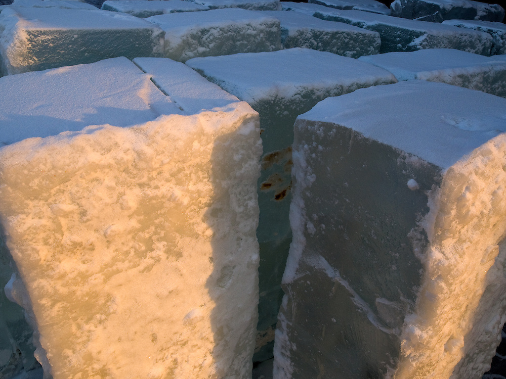 Eisbloecke zur Trinwassergewinnung in Jakutsk. Jakutsk hat 236.000 Einwohner (2005) und ist Hauptstadt der Teilrepublik Sacha (auch Jakutien genannt) im Foederationskreis Russisch-Fernost und liegt am Fluss Lena. Jakutsk ist im Winter eine der kaeltesten Grossstaedte weltweit mit durchschnittlichen Winter Temperaturen von -40.9 Grad Celsius. Die Stadt ist nicht weit entfernt von Oimjakon, dem Kaeltepol der bewohnten Gebiete der Erde.<br /> <br /> Blocks of ice used for making drinking water in Yakutsk. Yakutsk is a city in the Russian Far East, located about 4 degrees (450 km) below the Arctic Circle. It is the capital of the Sakha (Yakutia) Republic (formerly the Yakut Autonomous Soviet Socialist Republic), Russia and a major port on the Lena River. Yakutsk is one of the coldest cities on earth, with winter temperatures averaging -40.9 degrees Celsius.