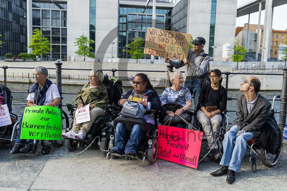 Aktivisten sitzen w&auml;hrend der Protestaktion zum Teilhabegesetz am 11.05.2016 in Berlin, Deutschland mit ihren angeketteten Rollst&uuml;hlen an der Spree. Ca 40 Menschen mit Behinderung haben sich im Regierungsviertel angekettet um vor der geplanten Abstimmung im Bundestag &uuml;ber f&uuml;r ihre Rechte zu demonstrieren. Foto: Markus Heine / heineimaging<br /> <br /> ------------------------------<br /> <br /> Ver&ouml;ffentlichung nur mit Fotografennennung, sowie gegen Honorar und Belegexemplar.<br /> <br /> Bankverbindung:<br /> IBAN: DE65660908000004437497<br /> BIC CODE: GENODE61BBB<br /> Badische Beamten Bank Karlsruhe<br /> <br /> USt-IdNr: DE291853306<br /> <br /> Please note:<br /> All rights reserved! Don't publish without copyright!<br /> <br /> Stand: 05.2016<br /> <br /> ------------------------------w&auml;hrend der Protestaktion zum Teilhabegesetz am 11.05.2016 in Berlin, Deutschland. Ca 40 Menschen mit Behinderung haben sich im Regierungsviertel angekettet um vor der geplanten Abstimmung im Bundestag &uuml;ber f&uuml;r ihre Rechte zu demonstrieren. Foto: Markus Heine / heineimaging<br /> <br /> ------------------------------<br /> <br /> Ver&ouml;ffentlichung nur mit Fotografennennung, sowie gegen Honorar und Belegexemplar.<br /> <br /> Bankverbindung:<br /> IBAN: DE65660908000004437497<br /> BIC CODE: GENODE61BBB<br /> Badische Beamten Bank Karlsruhe<br /> <br /> USt-IdNr: DE291853306<br /> <br /> Please note:<br /> All rights reserved! Don't publish without copyright!<br /> <br /> Stand: 05.2016<br /> <br /> ------------------------------