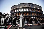 ROMA. MANIFESTANTI DEL CORTEO PRO PALESTINA RACCOLTI IN PREGHIERA DAVANTI AL COLOSSEO, IN GINOCCHIO IN DIREZIONE DELLA MECCA; ROME. DEMONSTRATORS GATHERED IN PRAYER PARADE PRO PALESTINE BEFORE THE COLOSSEUM, KNEELING TOWARDS MECCA