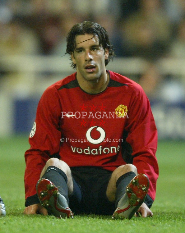 MADRID, SPAIN - Tuesday, April 8, 2003: Manchester United's Ruud Van Nistelrooy sits dejected after missing a chance against Real Madrid during the UEFA Champions League Quarter Final 1st Leg match at the Estadio Santiago Bernabeu. (Pic by David Rawcliffe/Propaganda)