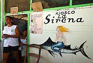 Kiosco La Sirena ubicado en el Gran Roque, 29-09-06. El Parque Nacional Los Roques se encuentra a 176 kilómetros al norte de la ciudad de Caracas y constituye uno de los reservorios naturales más grandes del Caribe. Con 42 islotes, es considerado el parque marino más grande de América Latina. (Iván González)