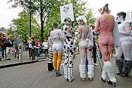 DEN HAAG - Actievoerders van de Dierenbescherming demonstreren op het Binnenhof. De organisatie vraagt aandacht voor Vergeten dieren in het kader van Werelddierendag.
