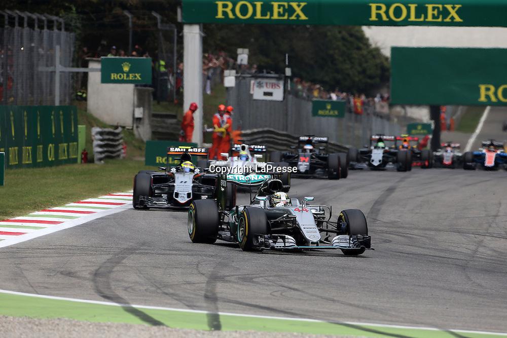 &copy; Photo4 / LaPresse<br /> 04/09/2016 Monza, Italy<br /> Sport <br /> Grand Prix Formula One Italia 2016<br /> In the pic: Lewis Hamilton (GBR) Mercedes AMG F1 W07 Hybrid leads Sergio Perez (MEX) Sahara Force India F1 VJM09