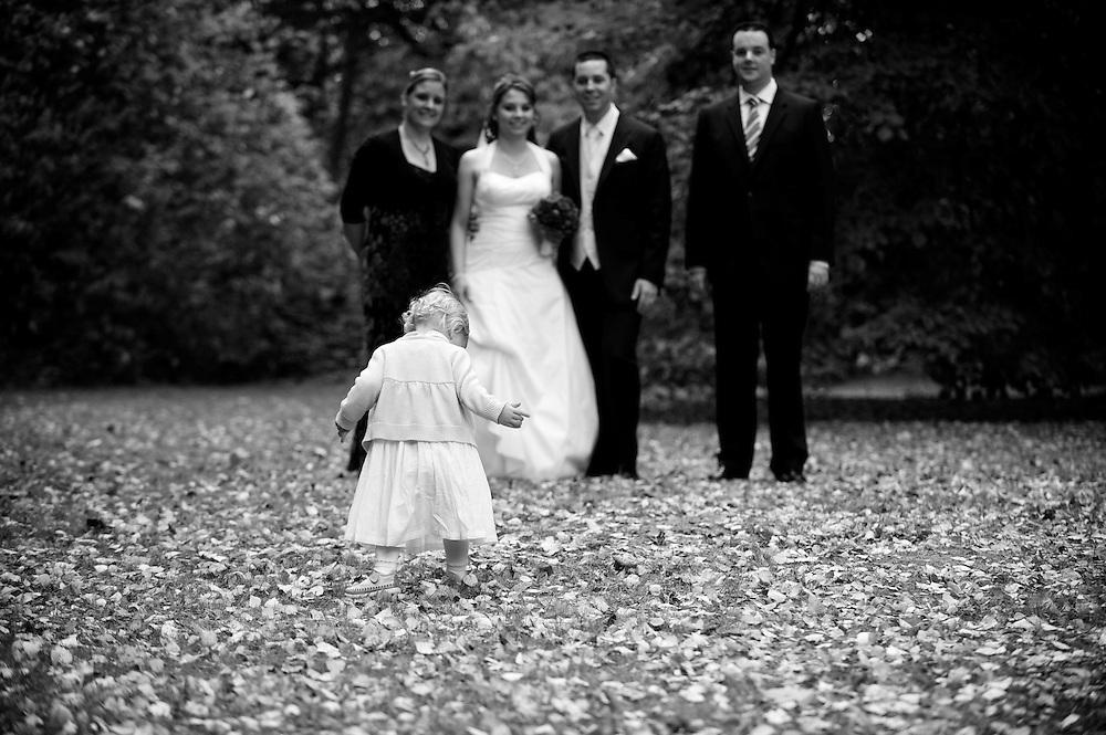 Während der Gruppenbilder, läuft die kleine Nichte in das Bild.