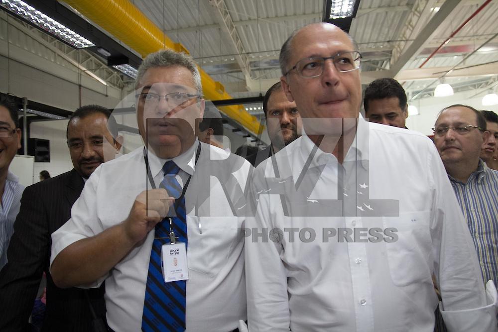 TABOAO DA SERRA, SP - 21.01.2015 - GERALDO ALCKMIN INAUGURA&Ccedil;&Atilde;O POUPATEMPO TABOAO - O Governador do Estado de S&atilde;o Paulo, Geraldo Alckmin, participa da inaugura&ccedil;&atilde;o do novo Poupatempo e de nova instal&ccedil;&atilde;o do Detran SP na cidade de Tabo&atilde;o da serra na manh&atilde; deseta quarta-feira (21), a autoridade estave acompanhado do Prefeito do munic&iacute;pio, Fernando Fernandes, Dep. Est. Alice Fernandes entre outras figuras p&uacute;blicas da regi&atilde;o. As novas intala&ccedil;&otilde;es est&atilde;o cediadas na Est. Kizaemona Takeuti, 2.425 no Pq. S&atilde;o Joaquim regi&atilde;o proxima a divisa com a capital paulista.<br /> <br /> <br /> (Foto: Fabricio Bomjardim / Brazil Photo Press)