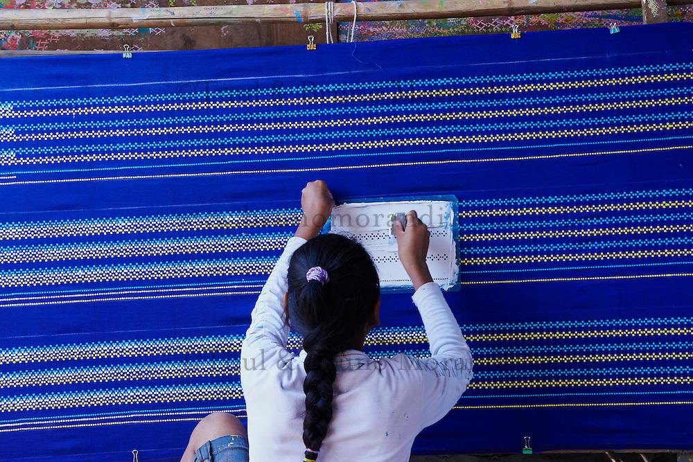 Myanmar (ex Birmanie), Mandalay, fabrication des longyi, jupe des hommes et des femmes // Myanmar (Burma), Mandalay, longyi factory, skirt for men and women