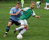 FODBOLD: Jacob Jensen (Helsingør) presser en AB-spiller nder kampen i Kvalifikationsrækken, pulje 1, mellem AB og Elite 3000 Helsingør den 20. maj 2006 på Skovdiget Idrætsanlæg. Foto: Claus Birch