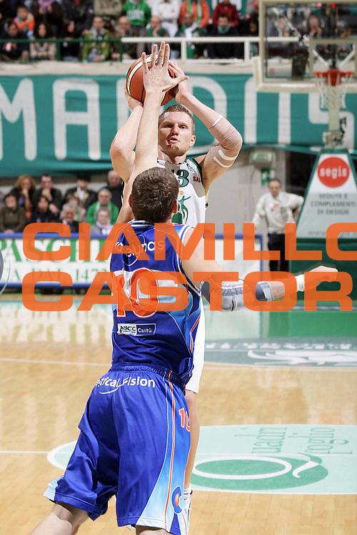 DESCRIZIONE : Siena Lega A1 2005-06 Montepaschi Siena Vertical Vision Cantu <br /> GIOCATORE : Kaukenas <br /> SQUADRA : Vertical Vision Cantu <br /> EVENTO : Campionato Lega A1 2005-2006 <br /> GARA : Montepaschi Siena Vertical Vision Cantu <br /> DATA : 19/11/2005 <br /> CATEGORIA : Tiro <br /> SPORT : Pallacanestro <br /> AUTORE : Agenzia Ciamillo-Castoria/G.Ciamillo