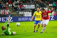 ALKMAAR - 27-01-2016, AZ - Cambuur, AFAS Stadion, AZ speler Joris van Overeem scoort hier de 2-0, doelpunt, SC Cambuur doelman Leonard Nienhuis.