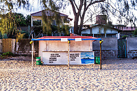 Barraca para comércio de alimentos e bebidas na Praia da Morro das Pedras ao anoitecer. Florianópolis, Santa Catarina, Brasil. / Food and drink stall at Morro das Pedras Beach at evening. Florianopolis, Santa Catarina, Brazil.