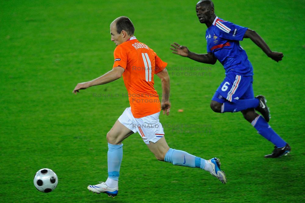 13-06-2008 VOETBAL: EURO 2008 NEDERLAND - FRANKRIJK: BERN <br /> Nederland wint met 4-1 van Frankrijk en plaatst zich als groepswinnaar voor de volgende ronde / Arjen Robben scoort bijna de 4-1<br /> &copy;2008-WWW.FOTOHOOGENDOORN.NL