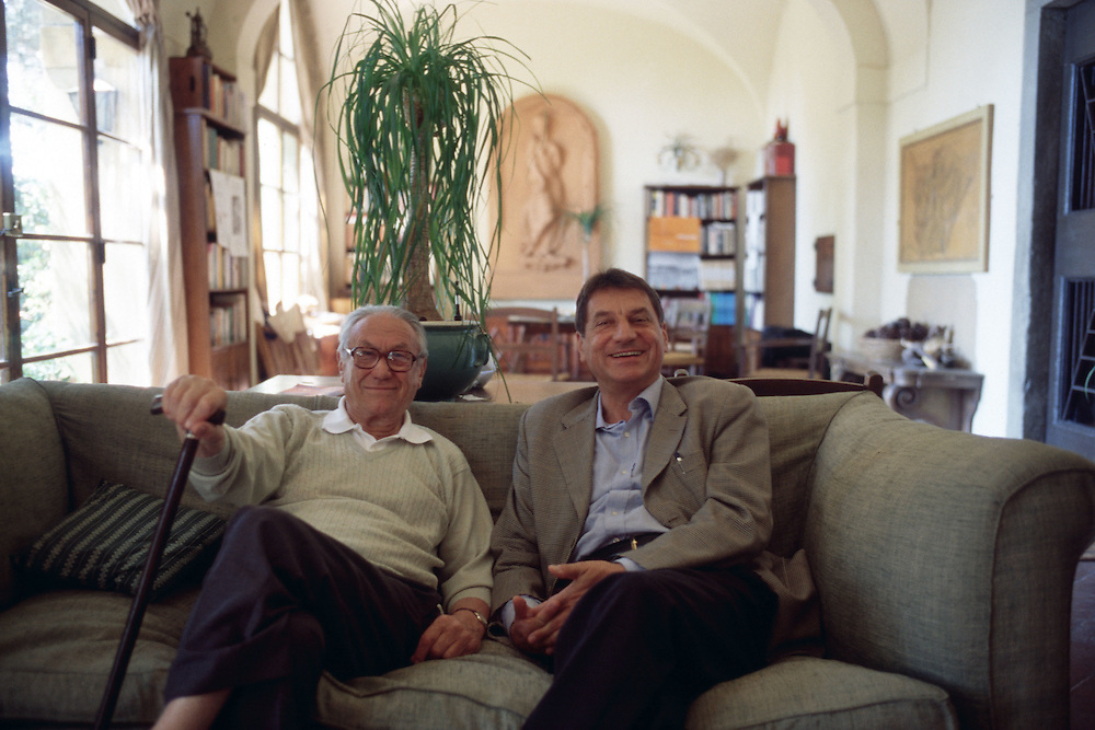 09 JUL 2000 - Firenze - Gli scrittori Claudio Magris e Fosco Maraini a villa Maraini - Italian writers Claudio Magris and Fosco Maraini at Maraini's home.