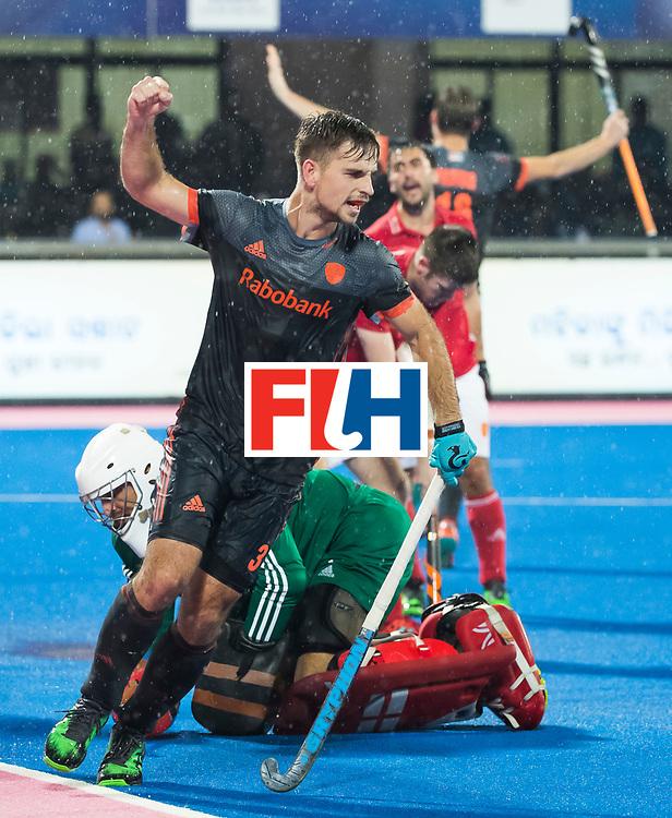 BHUBANESWAR -  Tristan Algera (Ned) juicht nadat Mirco Pruyser (Ned) heeft gescoord tijdens de Hockey World League Finals , de wedstrijd om de 7e plaats, Engeland-Nederland (0-1).   COPYRIGHT KOEN SUYK