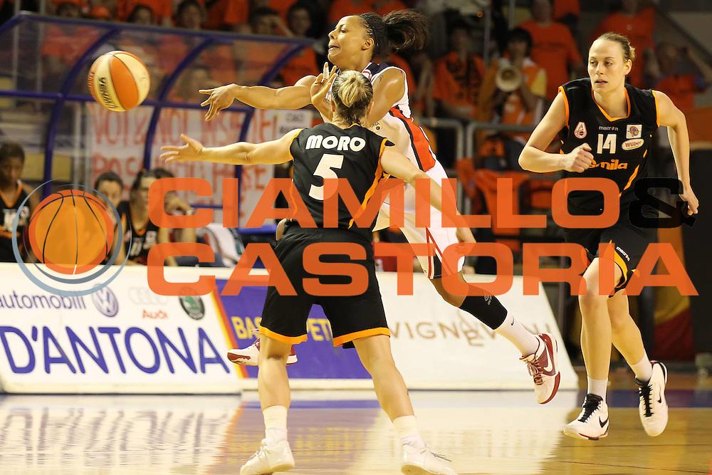 DESCRIZIONE : Taranto Lega A1 Femminile 2009-10 Play Off Finale Gara 5<br /> Cras Basket Taranto Famila Wuber Schio<br /> GIOCATORE : Kathy Wambe<br /> SQUADRA : Cras Basket Taranto<br /> EVENTO : Campionato Lega A1 Femminile 2009-2010<br /> GARA : Cras Basket Taranto Famila Wuber Schio<br /> DATA : 16/05/2010<br /> CATEGORIA : passaggio<br /> SPORT : Pallacanestro<br /> AUTORE : Agenzia Ciamillo-Castoria/ElioCastoria<br /> Galleria : Lega Basket Femminile 2009-2010<br /> Fotonotizia : Taranto Campionato Italiano Femminile Lega A1 2009-2010 Play Off Finale Gara 5 Cras Basket Taranto Famila Wuber Schio<br /> Predefinita :