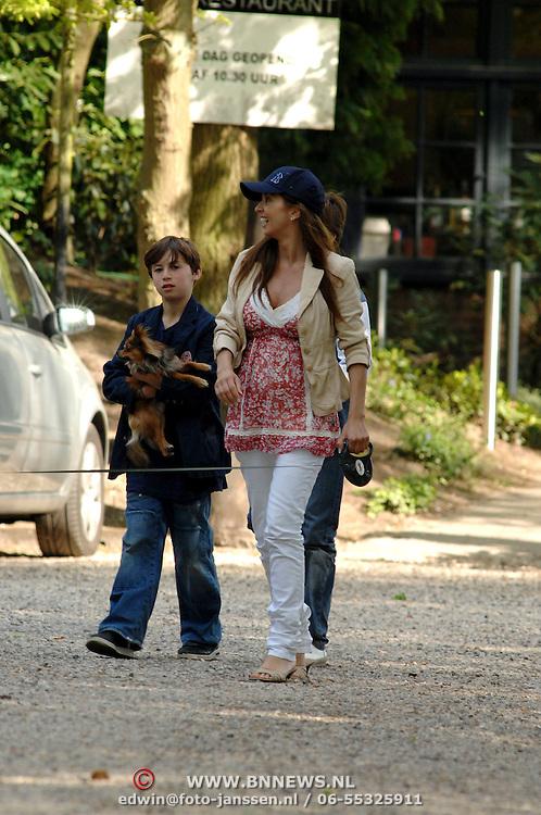NLD/Blaricum/20070419 - Zwangere Rosanna Lima en zoon Nino