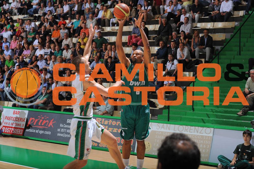 DESCRIZIONE : Siena Lega A 2010-11 Semifinale Play off Gara 2 Montepaschi Siena Benetton Treviso <br /> GIOCATORE : Devin Smith<br /> SQUADRA : Montepaschi Siena Benetton Treviso  <br /> EVENTO : Campionato Lega A 2010-2011<br /> GARA : Montepaschi Siena Benetton Treviso <br /> DATA : 02/06/2011<br /> CATEGORIA : Tiro<br /> SPORT : Pallacanestro<br /> AUTORE : Agenzia Ciamillo-Castoria/GiulioCiamillo<br /> Galleria : Lega Basket A 2010-2011<br /> Fotonotizia : Siena Lega A 2010-11 Semifinale Play off Gara 2 Montepaschi Siena Benetton Treviso<br /> Predefinita :