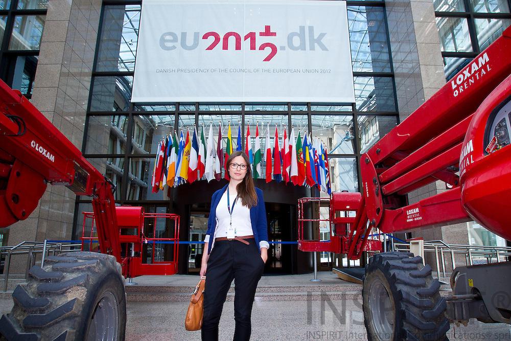Linea Søgaard-Lidell har overstået sin periode som praktikant ved Danmarks Faste Repræsentation til EU i Bruxelles, hvor hun var en del af det fem mand store presseteam under det Danske EU-Formandsskab. Her er hun i ministerrådsbygningen, hvor der er ved at blive ryddet op efter det overståede EU-topmøde og danske formandsskab. Foto: Erik Luntang