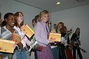 Prinses Laurentien neemt eerste exemplaar boek LANDKOFFERS in ontvangst te Amsterdam <br />   <br /> Hare Koninklijke Hoogheid Prinses Laurentien der Nederlanden neemt donderdag 10 juni 2004 het eerste exemplaar in ontvangst van het boek LANDKOFFERS Jongeren in Amsterdam, een herinnering die in mij woont in het Van Goghmuseum te Amsterdam. De boekpresentatie wordt geopend door Huub Oosterhuis, oprichter en voorzitter van het bestuur van de School der Po&euml;zie. <br /> Het boek LANDKOFFERS, Jongeren in Amsterdam, een herinnering die in mij woont is een bundeling van gedichten en foto's van twee&euml;ntwintig jongeren uit Amsterdam die aan het project Landkoffers hebben meegewerkt. Tijdens het project hebben de jongeren een kleine houten koffer vormgegeven met een persoonlijk gedicht als uitgangspunt. De koffer werd beschilderd en beplakt en soms plaatsten ze er foto's of kleine voorwerpen in. Fotograaf Theo Baart portretteerde de jongeren in hun eigen omgeving en Hock Khoe maakte foto's van de koffers die de jongeren hebben vervaardigd. Het boek is een initiatief van de School der Po&euml;zie in samenwerking met de Openbare Bibliotheek Amsterdam en Kunstweb. De School der Po&euml;zie organiseert sinds 1994 po&euml;zieprojecten voor jongeren in het voortgezet onderwijs. De School probeert de verbeelding te prikkelen en de uitdrukkingsvaardigheid van jongeren te vergroten door middel van po&euml;zie, beeldende kunst en theater.