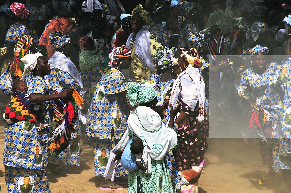 The women of Diabolo village dance during the Festival des marionettes géantes de Diabolo. Djenné