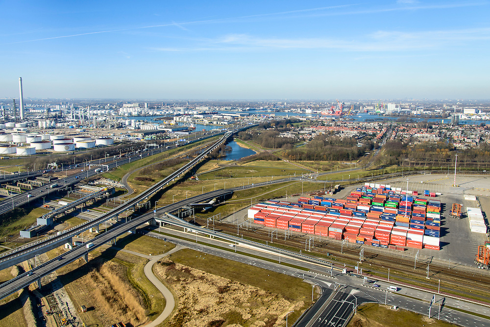 Nederland, Zuid-Holland, Rotterdam, 18-02-2015. A15 ter hoogte van knooppunt Benelux. Links Pernis met Shell raffinaderij, rechts Vondelingenweg met containerterminal van ECT. Shortsea hub, overslag van containers. <br /> Motorway A15, connecting Port of Rotterdam with hinterland, harbours and container terminals.<br /> luchtfoto (toeslag op standard tarieven);<br /> aerial photo (additional fee required);<br /> copyright foto/photo Siebe Swart