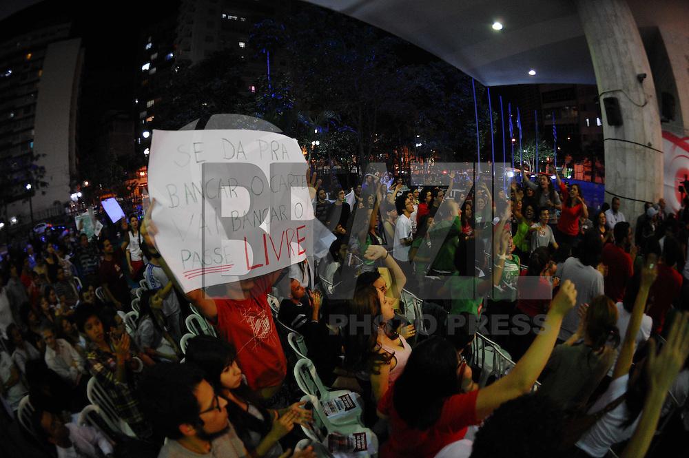 SAO PAULO, SP, 22.08.2013 -Manifestantes do passe livre realiza uma manifestação a Camara Municipal de São Paulo para uma assebleia publica. Adriano Lima / Brazil Photo Press