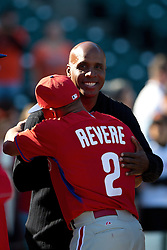 SAN FRANCISCO, CA - JULY 10:  Former Major League Baseball player Barry Bonds hugs Ben Revere #2 of the Philadelphia Phillies during batting practice before the game against the San Francisco Giants at AT&T Park on July 10, 2015 in San Francisco, California.  The San Francisco Giants defeated the Philadelphia Phillies 15-2. (Photo by Jason O. Watson/Getty Images) *** Local Caption *** Barry Bonds; Ben Revere