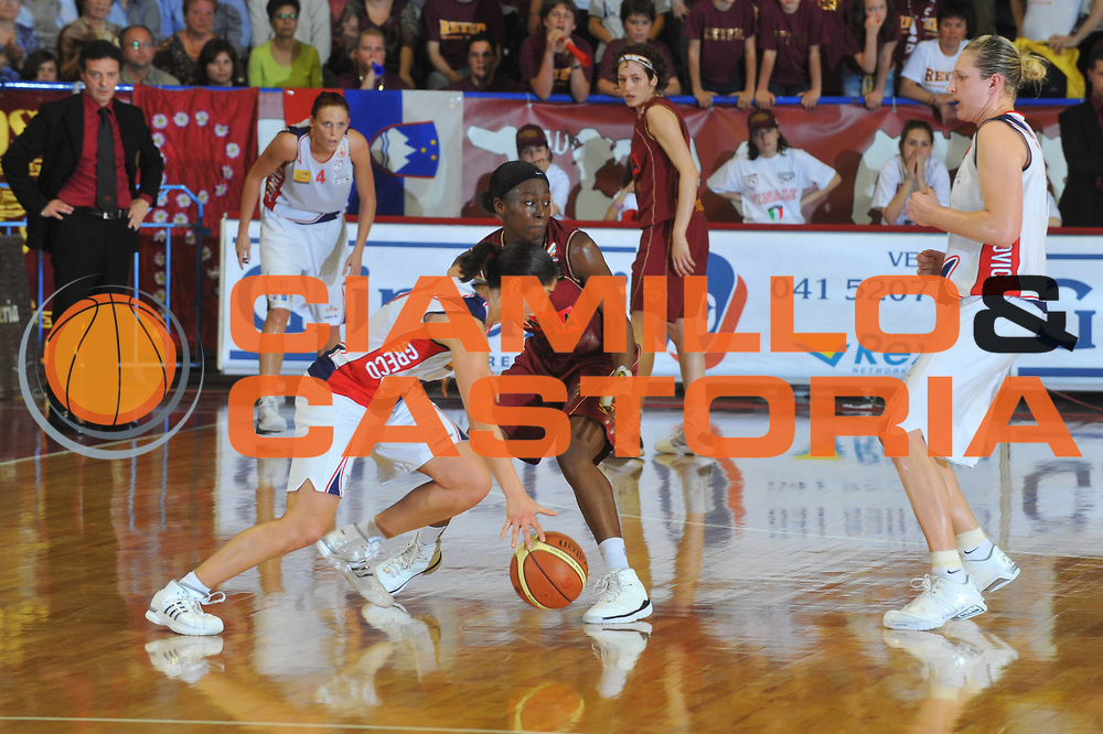 DESCRIZIONE : Venezia Lega A1 Femminile 2008-09 Play Off Finale Gara 1 Umana Reyer Venezia Cras Basket Taranto<br /> GIOCATORE : Michelle Greco<br /> SQUADRA : Cras Basket Taranto<br /> EVENTO : Campionato Lega A1 Femminile 2008-2009<br /> GARA : Umana Reyer Venezia Cras Basket Taranto<br /> DATA : 02/05/2009<br /> CATEGORIA : Palleggio<br /> SPORT : Pallacanestro<br /> AUTORE : Agenzia Ciamillo-Castoria/M.Gregolin